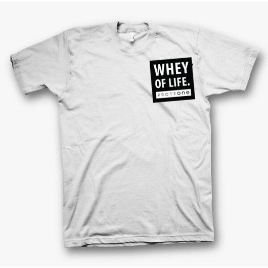 Bijela majica s crnim natpisom Whey of life s prednje i zadnje strane.