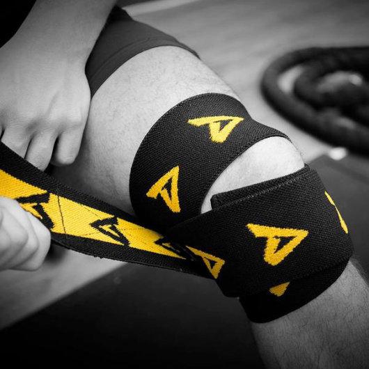 Bandaže za koljena sa žutim logom na koljenu
