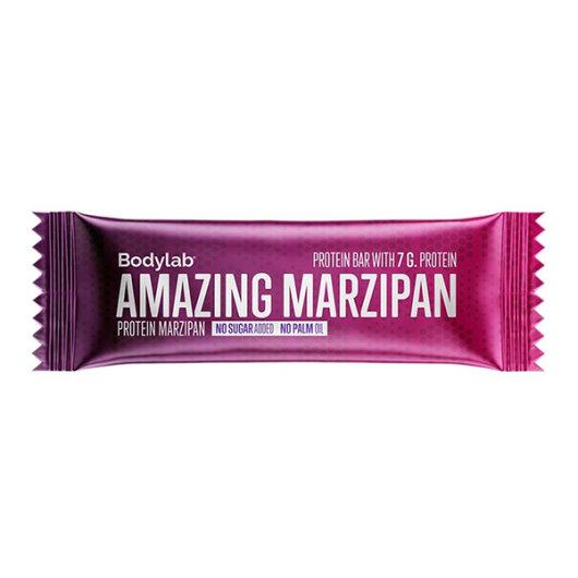 Proteinska čokoladica okusa Marcipana Bodylab u ljubičastoj ambalaži od 50 grama