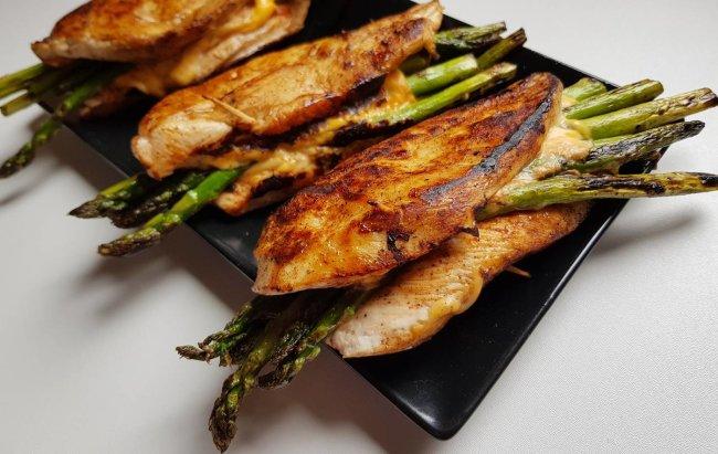 Proljeće na tanjuru kao fit obrok za 15 minuta: Zapečena piletina sa šparogama