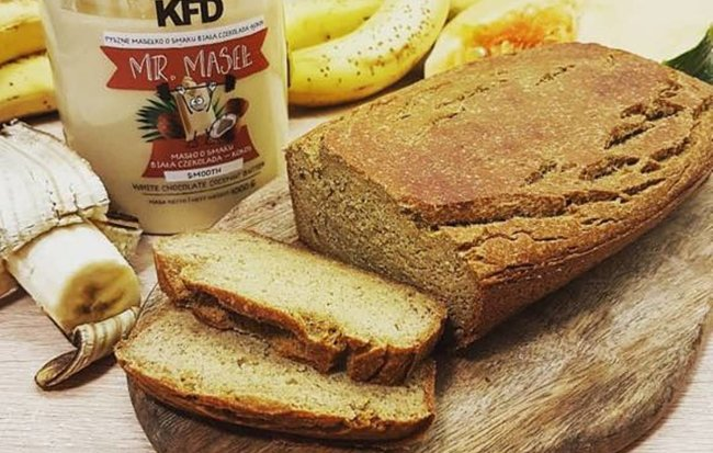 Kruh od banane s dodanim proteinima i proteinskim namazom od bijele čokolade i kokosa.