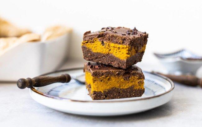 Čokoladni brownie s laganom kremom od bundeve na tanjuru.