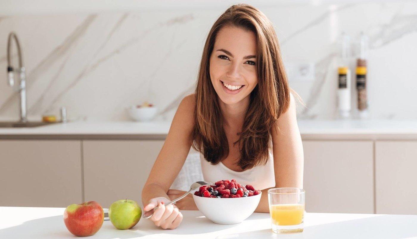 Djevojka koja doručkuje nutritivno bogatu hranu.