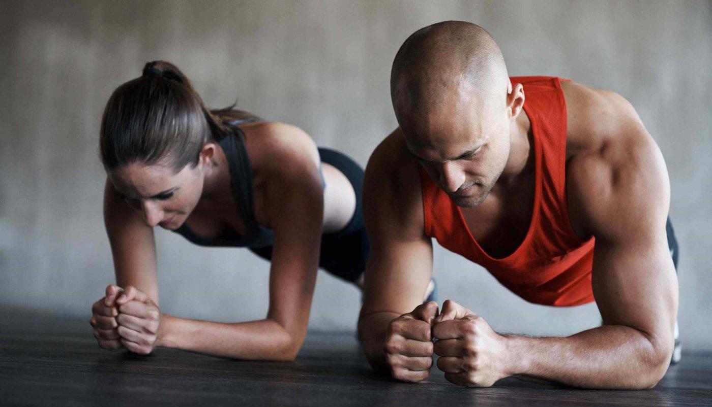 Muškarac i žena na podu u položaju plank-a-