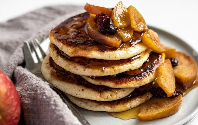 Cimet-proteinske palačinke s jabukom i sirupom na tanjuru.