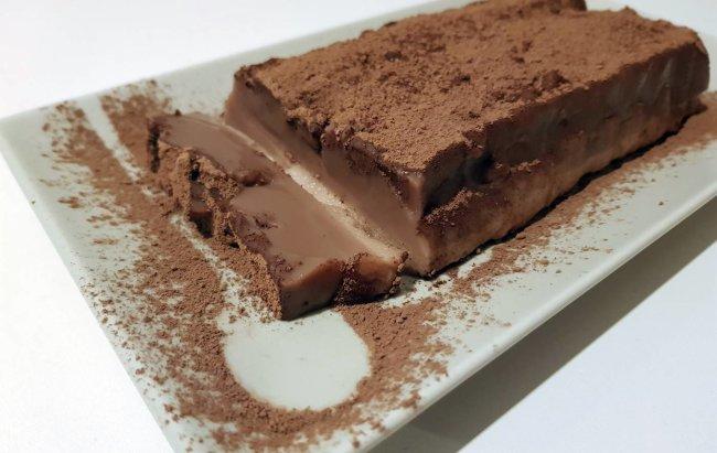 Čokoladni proteinski puding na bijelom tanjuru.