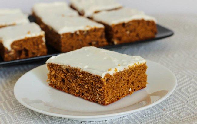 Komad proteinskog kolača bez brašna s preljevom.
