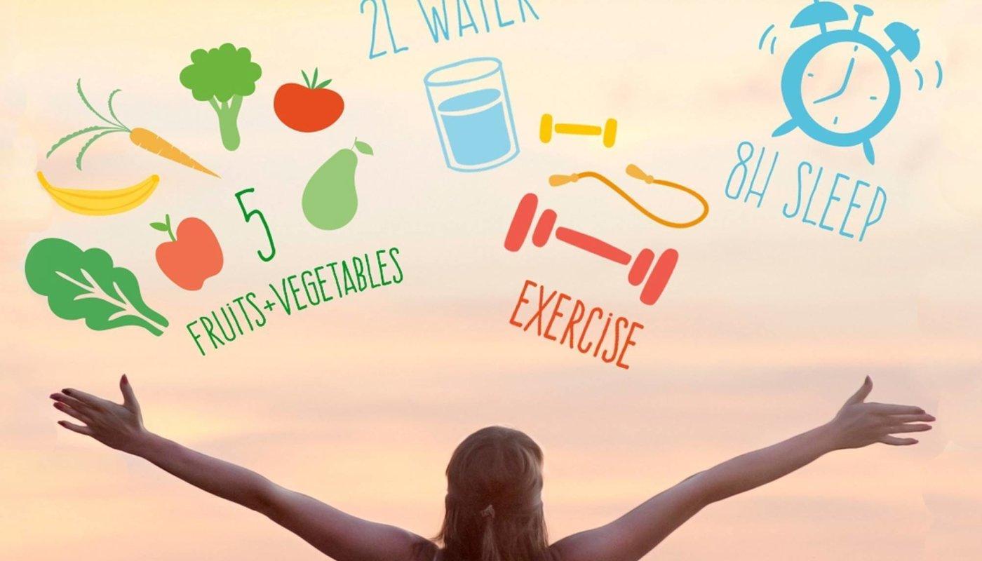 Žena raširenih ruku koja je odlučila ostvariti svoje novogodišnje fitness ciljeve.