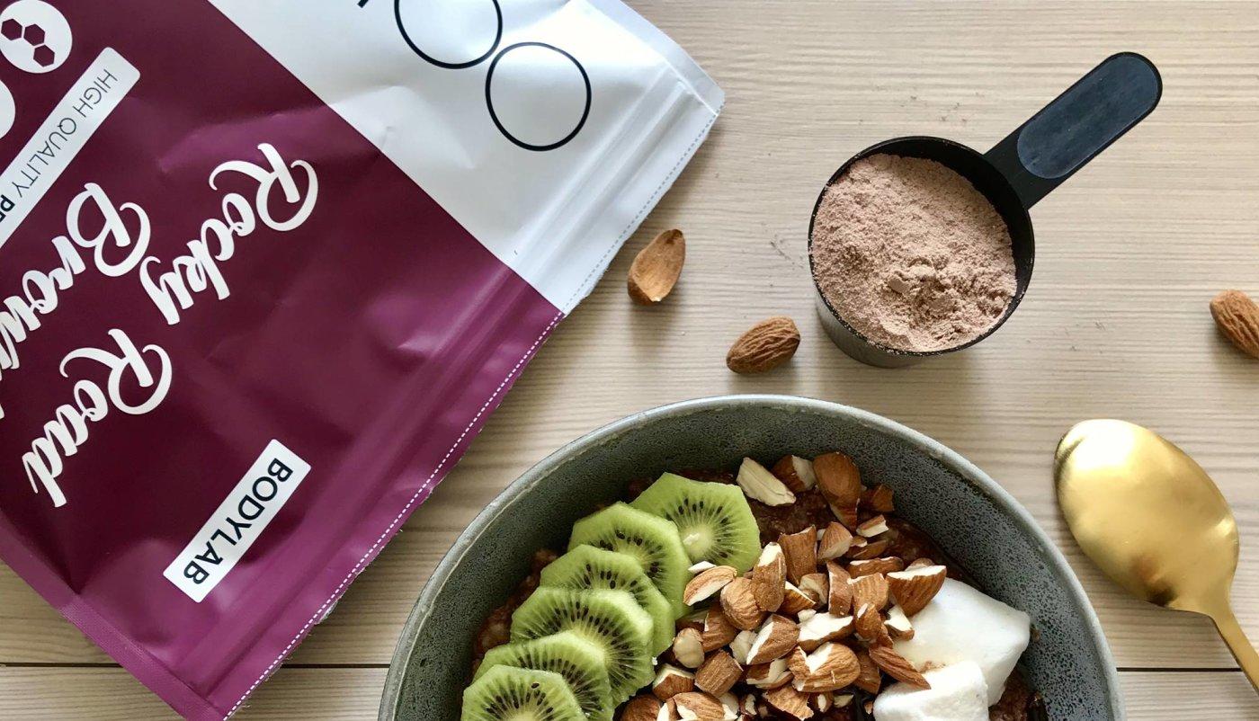 Bodylab Whey 100 protein u zobenoj kaši s orašastim plodovima.