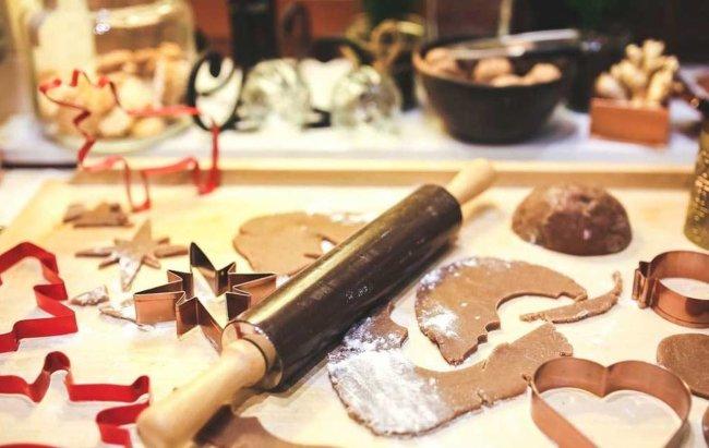 Kuhinjska radna površina prekrivena sastojcima za božićne kolače.