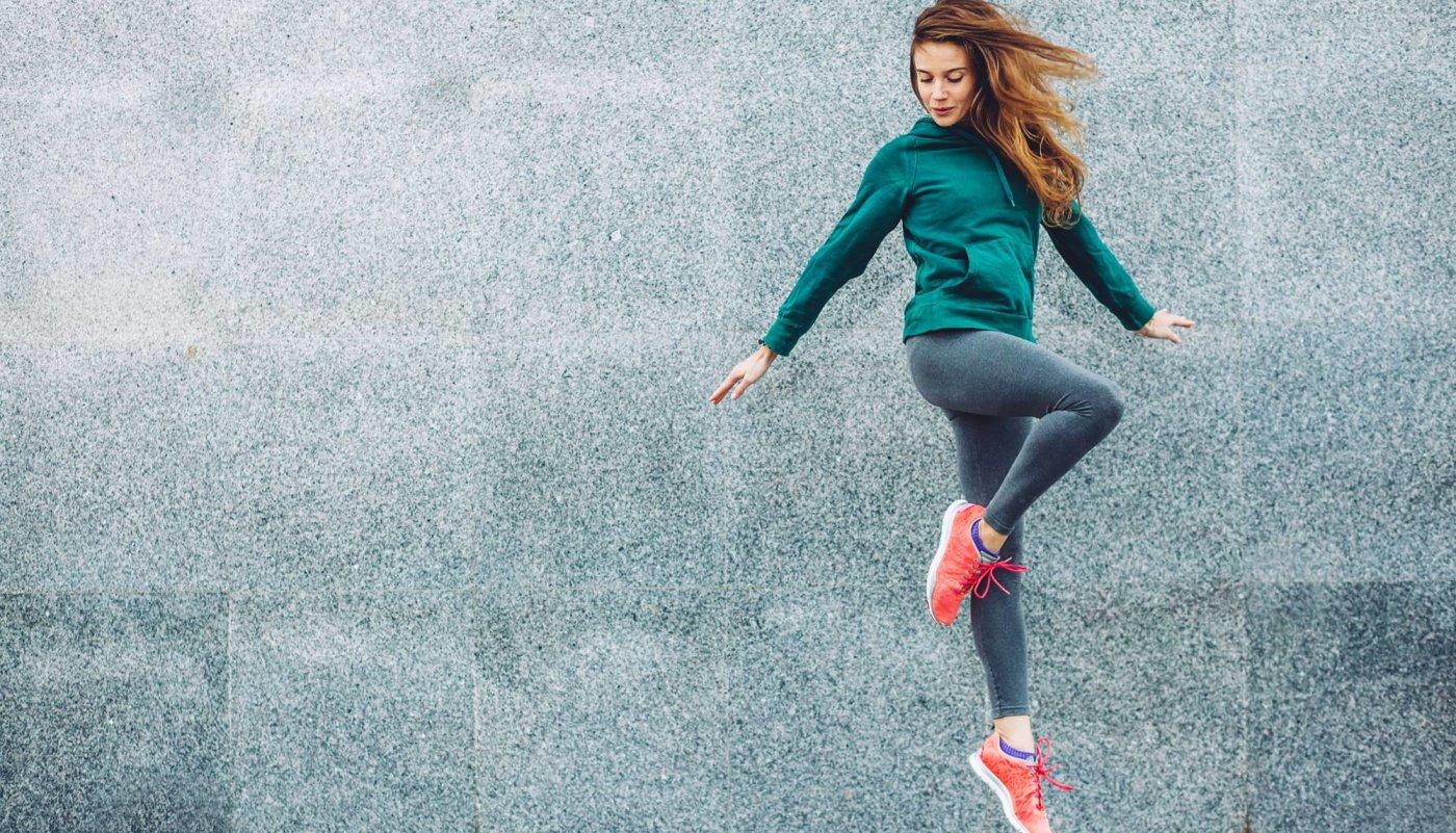 Zdrava žena skače od sreće.