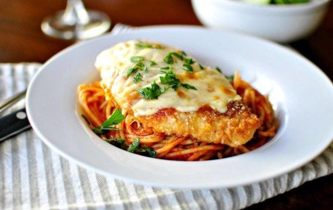 Pečena piletina s parmezanom i prilogom proteinskim spaghettima.