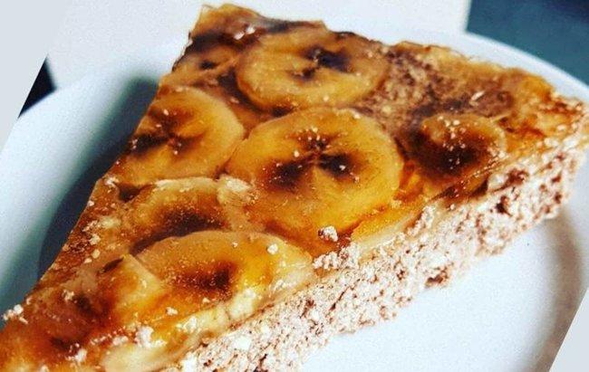 Trokut šnita kolača zvanog proteinski bananko.