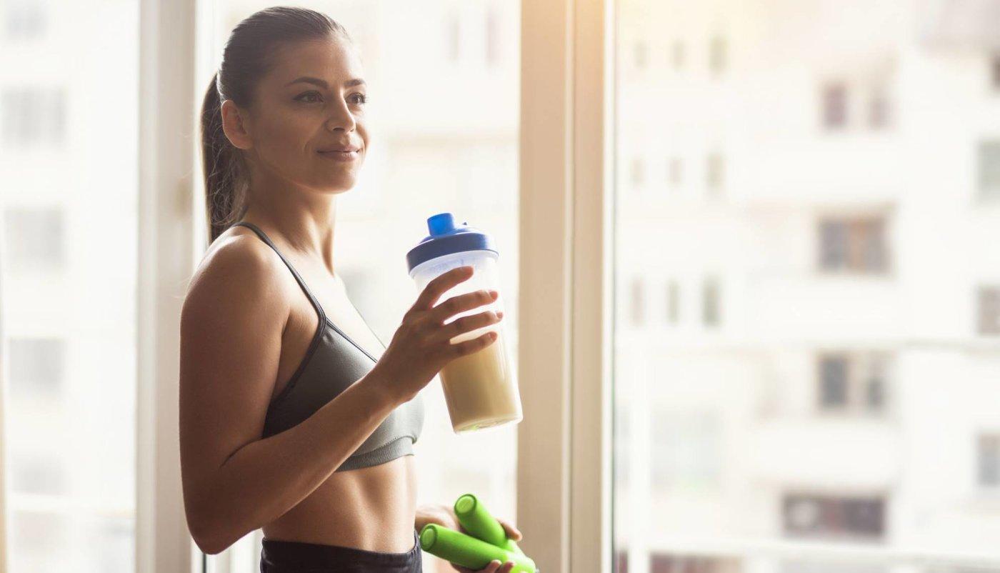 Djevojka pije shake s kazein proteinom nakon treninga.