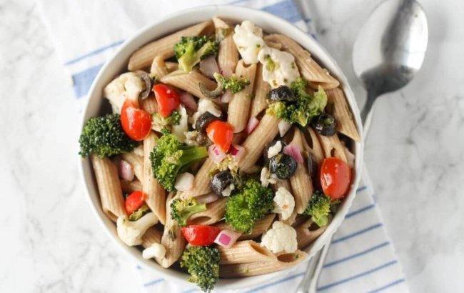 Grčka salata u bijeloj zdjelici za visokoproteinski ručak.
