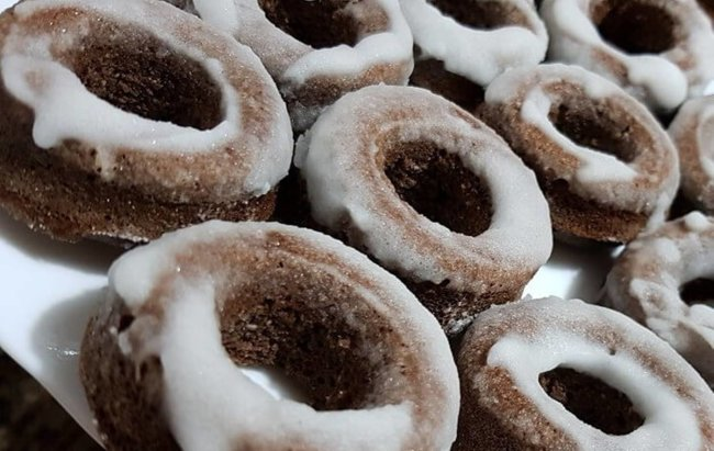 Čokoladne proteinske krafne s glazurom od eritrita.