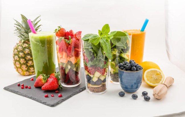 Voće i povrće za smoothie u čašama.
