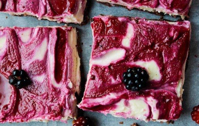 Zdravi proteinski cheesecake s kupinama.