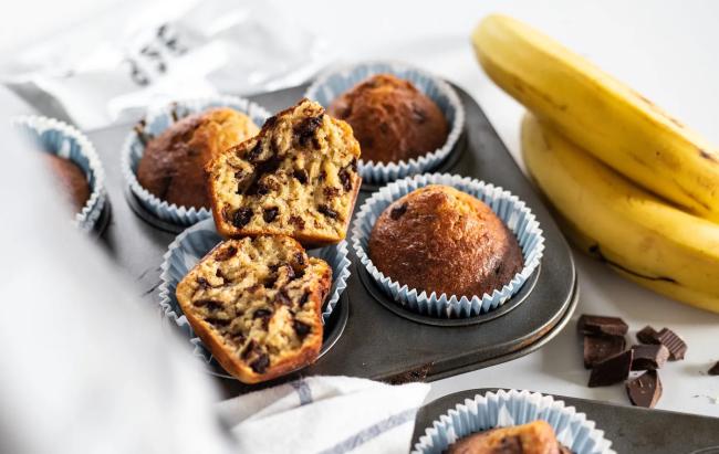 Banana muffini s proteinima i čokoladom.