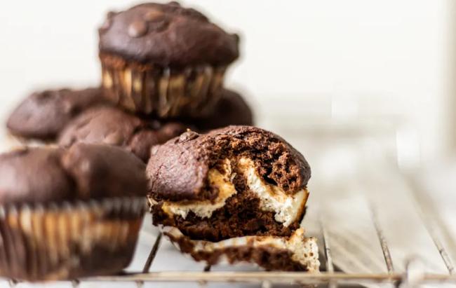 U osvježavajućem izdanju: Čokoladni muffini sa sočnim punjenjem od sira! Recept na linku!