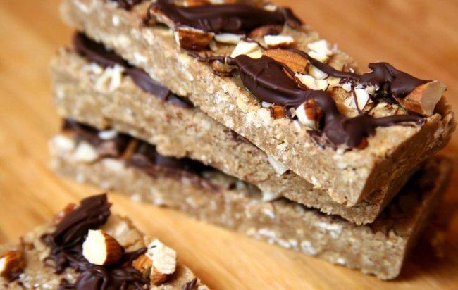 Čokoladne proteinske pločice s bademima koje će vam zamijeniti desert!
