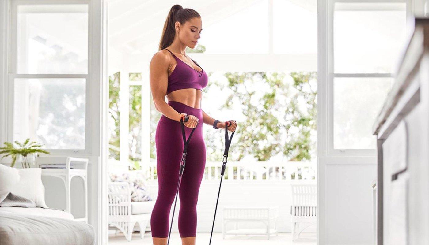 Trening uz pomoć elastične gume za jake ruke i čvrste trbušnjake!