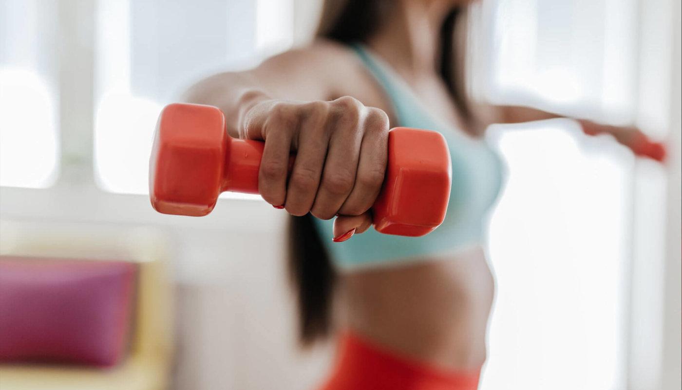 Isprobajte ovaj trening s bučicama za čvrste trbušnjake kod kuće ili u teretani!