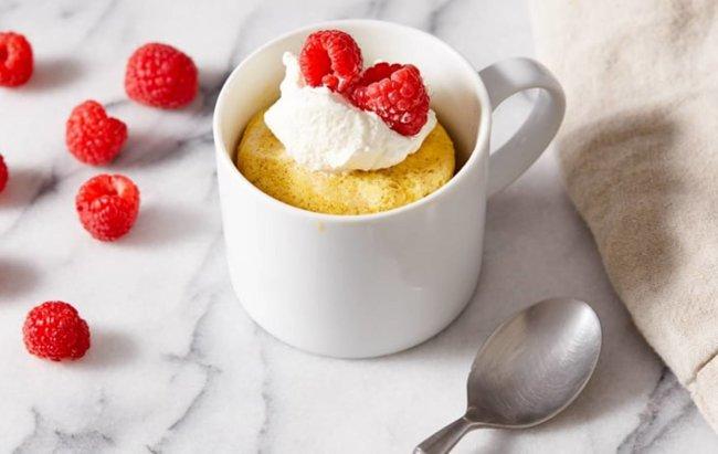Proteinski 1-minutni keto kolač iz šalice od vanilije!