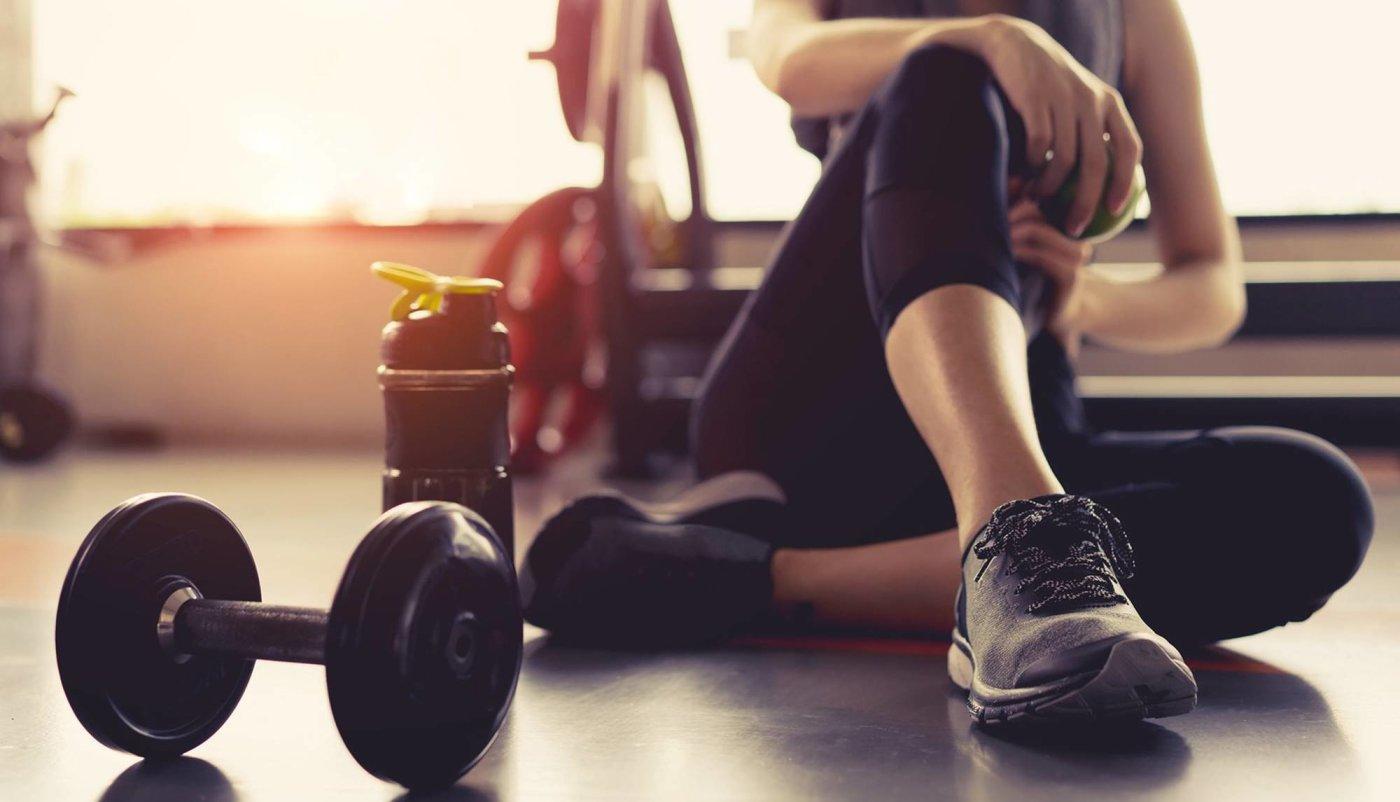 6 vježbi za trbušnjake koje možete napraditi s jednom bučicom!