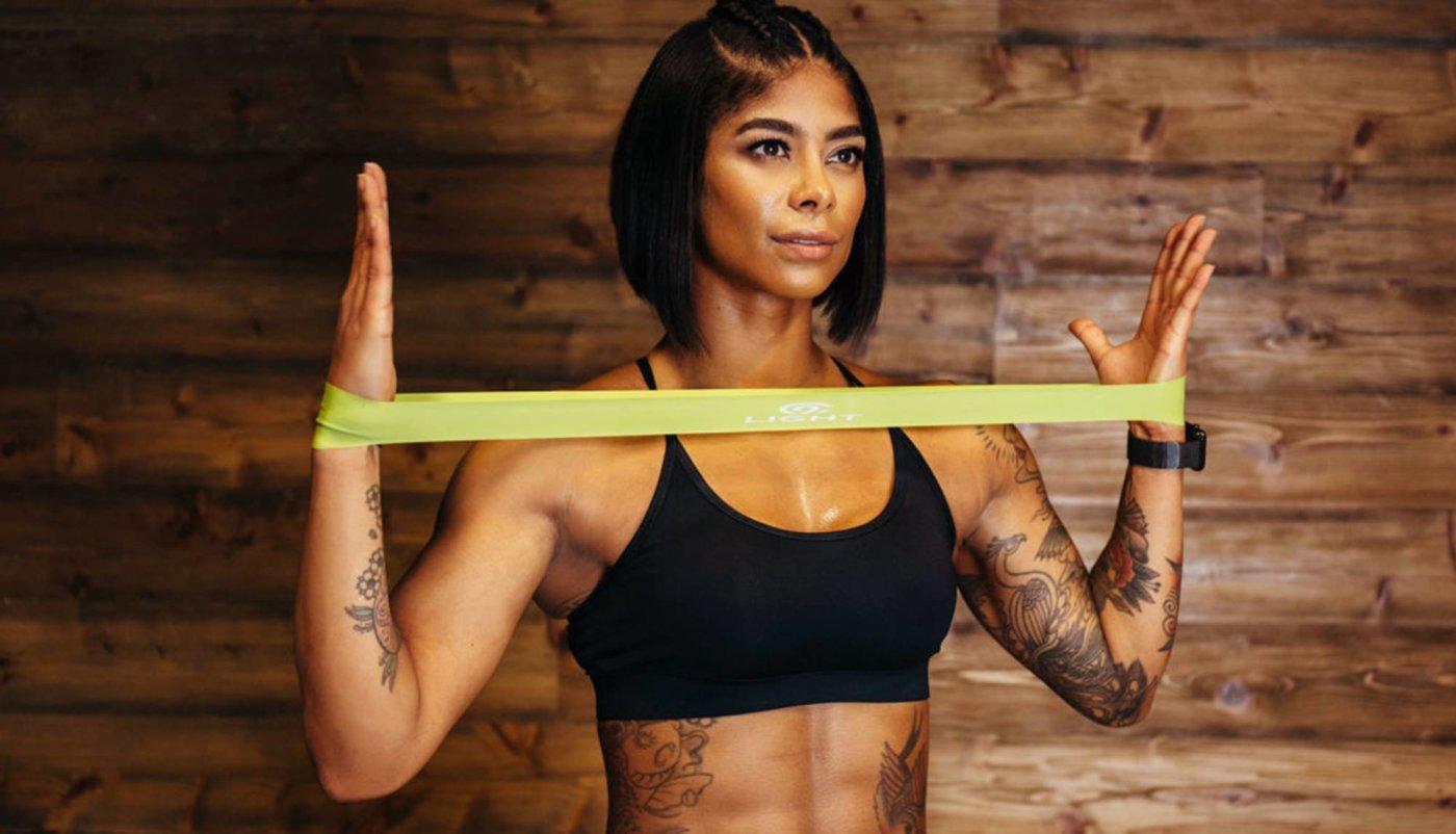 6 (težih) vježbi za gornji dio tijela koje možete napraviti s mini bandom!