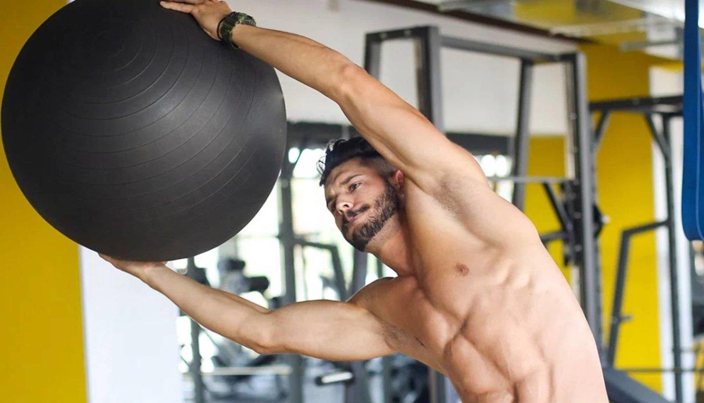 Ojačajte prsa i trbušne mišiće ovim sklekovima na fitness lopti!